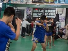 治政館の生徒は鏡の前に戦闘に準備するため運動している