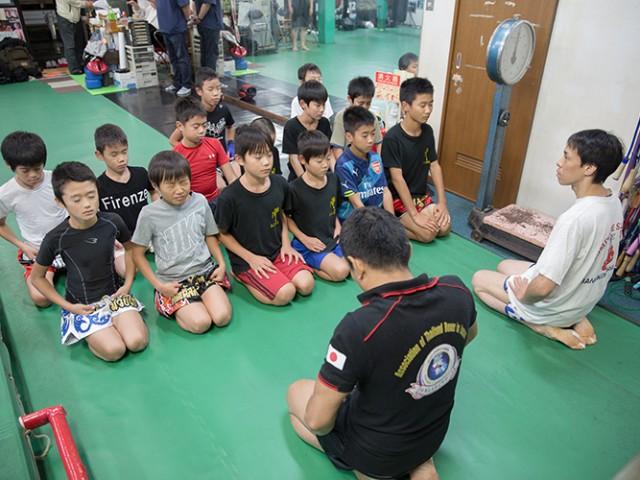 先生の前座って話しを聞いている治政館の少年生徒達