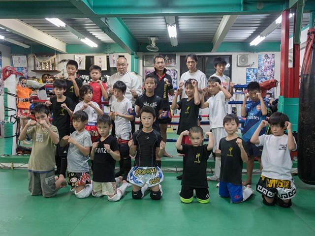 治政館の少年の生徒の団体写真