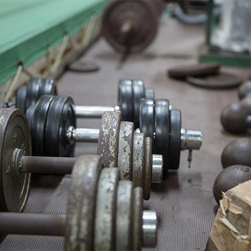 埼玉県三郷市三郷の治政館というキックボクシングジムにあるダンベルやバーベル